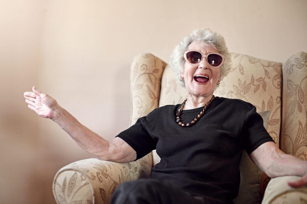 Glückliche Seniorin mit Sonnenbrille und guter Laune